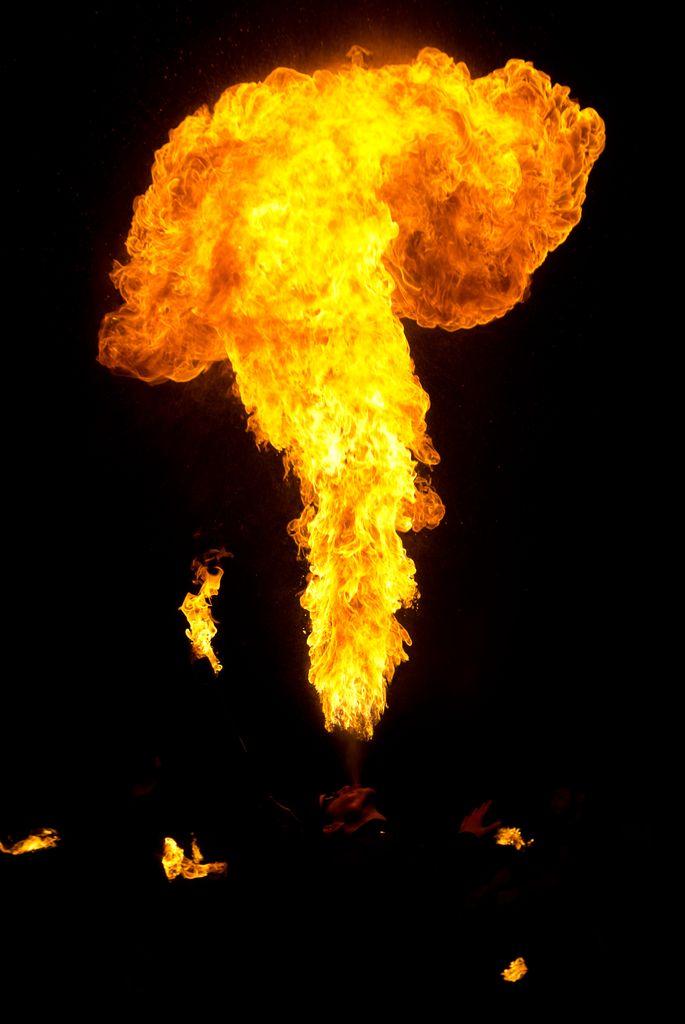 Photos cracheurs de feu - anniversaire 8 ans palais tokyo 21 janvier 2012 - Page 4 2012_Cracheurs_02