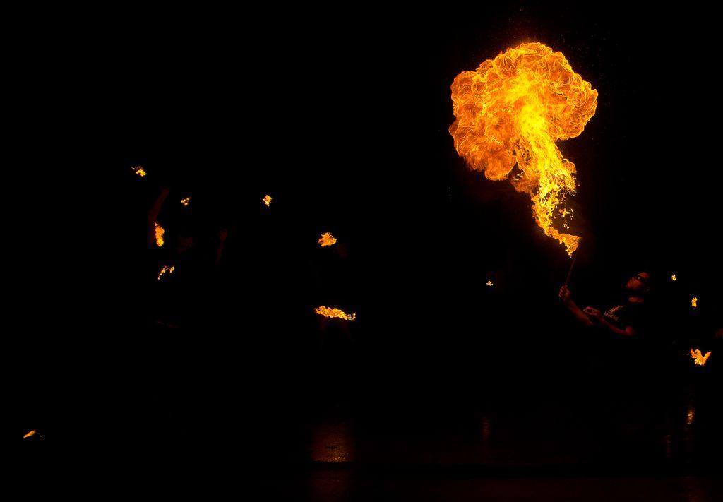 Photos cracheurs de feu - anniversaire 8 ans palais tokyo 21 janvier 2012 - Page 4 2012_Cracheurs_03