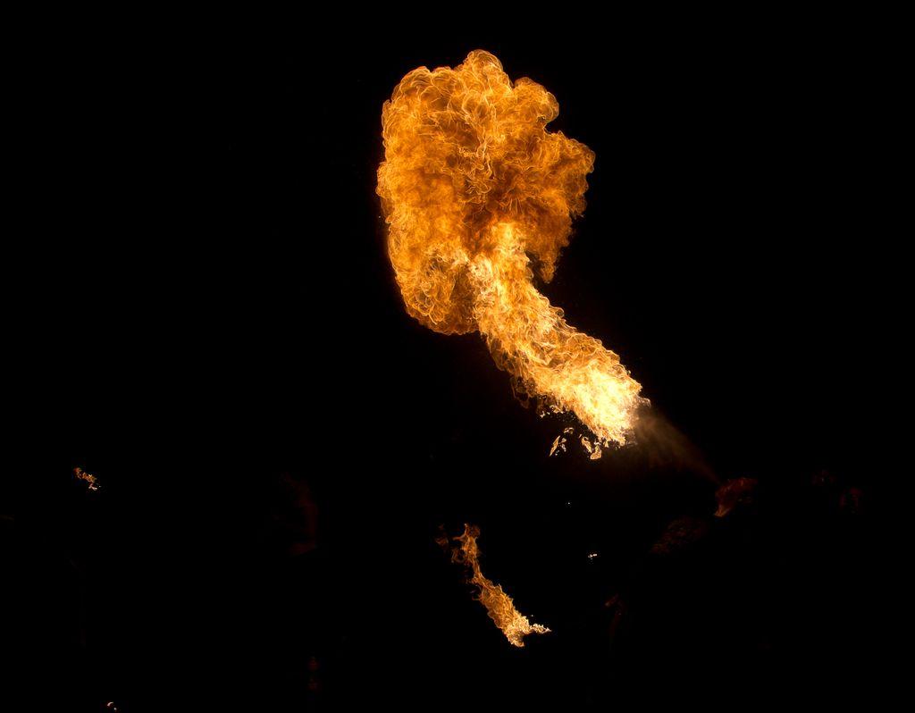 Photos cracheurs de feu - anniversaire 8 ans palais tokyo 21 janvier 2012 - Page 4 2012_Cracheurs_05
